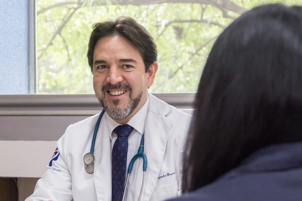 doctor-alejandro-rossano-garcia-cosulta-con-paciente